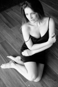 Bernadette Kaspar - black and white - Tageslicht - Blick nach draußen | Portrait | Fujifilm | X-T1 | 35mm